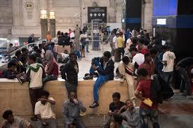 migranti alla stazione