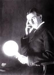 Tesla in uno dei suoi famosi esperimenti con la corrente alternata