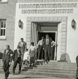Ruby Bridges scortata dagli agenti a scuola
