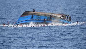 Barcone con migranti rovesciato