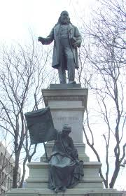 La statua ad Albert Pike