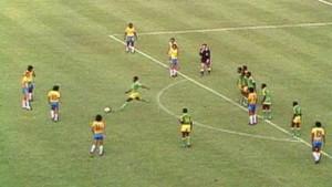 Mwepu Ilunga calcia via il pallone