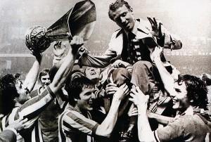 Trapattoni portato in trionfo dopo la vittoria della Coppa Uefa