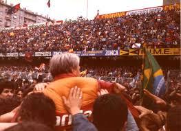 Liedholm portato in trionfo dai tifosi della Roma l'anno del secondo scudetto giallorosso