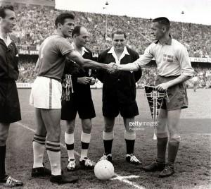 Nils Liedholm e Hilderaldo Bellini si scambiano i gagliardetti prima della finale Svezia vs Brasile