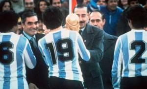 Passerella riceve la coppa dalle mani di Videla