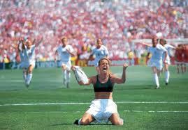 Brandi Chastain in reggiseno dopo la vittoria mondiale del 1999