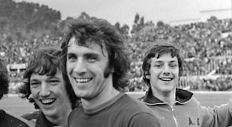 Pierino Prati (secondo da destra) festeggia la vittoria della Roma sulla Juventus il 5 maggio 1974. In quell'anno alla penultima di campionato la Lazio perde in casa del Torino ma una contemporanea vittoria della Roma sulla Juventus (gol di Prati) consegna di fatto lo scudetto alla Lazio. GID