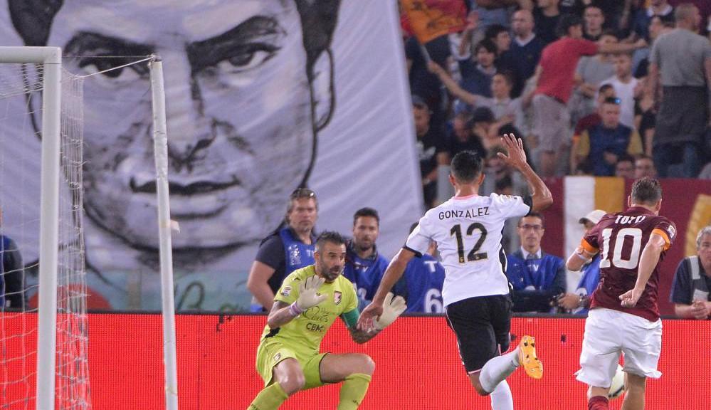 Roma's captain Francesco Totti (R) scores the goal during the Italian Serie A soccer match AS Roma vs US Palermo at Olimpico stadium in Rome, Italy, 31 may 2015. ANSA/MAURIZIO BRAMBATTI
