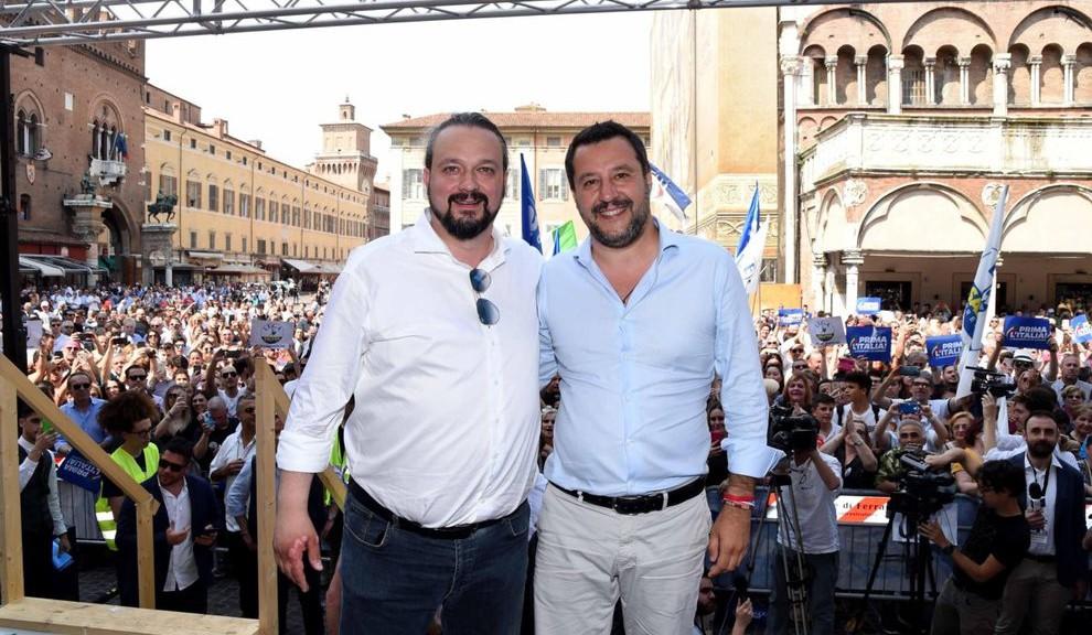 Il vicepremier e ministro dell'Interno, Matteo Salvini (D), durante un incontro elettorale a Ferrara a sostegno del candidato sindaco della Lega, Alan Fabbri (S), in vista del ballottaggio di domenica prossima, 4 giugno 2019. ANSA/ SERGIO PESCI